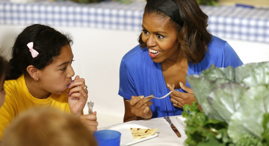 Den amerikanske førstedame, Michelle Obama, forsøger af al kraft at få de amerikanske skolebørn til at synes godt om sund mad, og hun inviterer blandt andet jævnligt flere af dem hjem til køkkenhaven ved Det Hvide Hus, så de kan afprøve, hvordan grøntsager rent faktisk smager. Men interessen for projektet er begrænset, og hun bliver effektivt modarbejdet af fødevareindustrien. Foto: Kevin Lamarque
