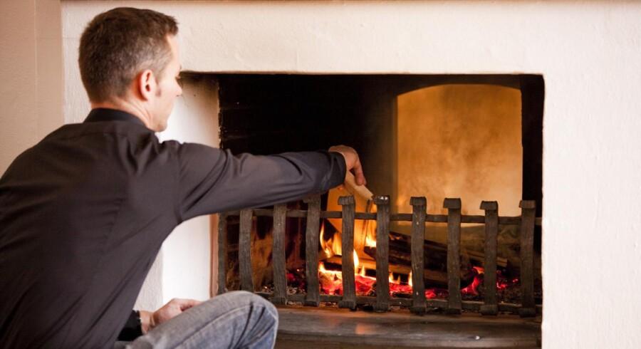 Det er ikke miljøvenligt at varme hele huset op med brændeovn, men man kan reducere miljøbelastningen ved at tænde op på den rigtige måde.