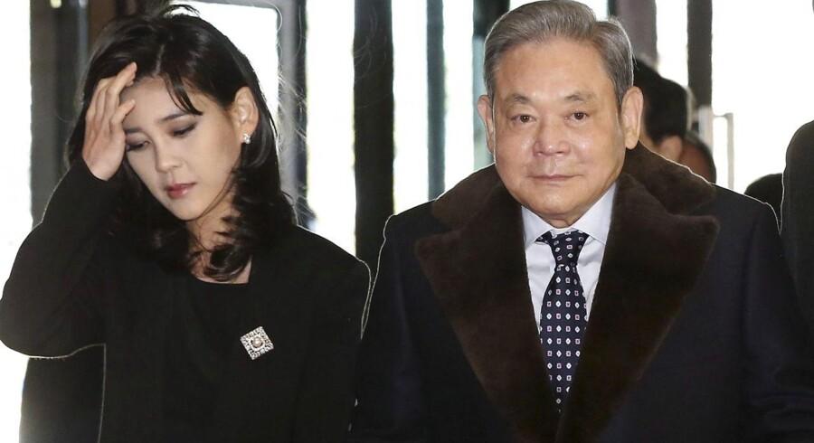 Lee Kun-hee, bestyrelsesformand for Samsung Group, som her ses i 2013 med sin ældste datter, Lee Boo-jin, blev søndag hasteopereret for hjertesvigt. Arkivfoto EPA/Yonhap/Scanpix