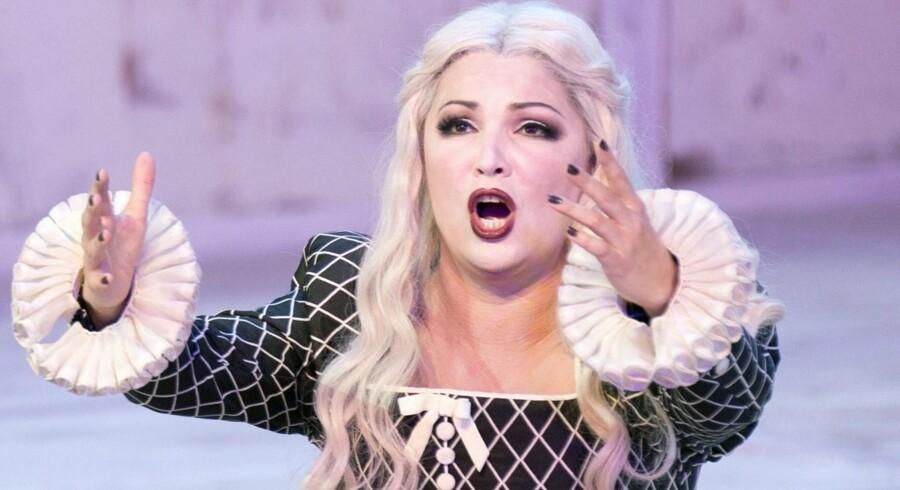 Anna Netrebko er egentlig sorthåret, men ses her som blondine i en opsætning af »Trubaduren« på Staatsoper Berlin sidste år. Den russiske sopran er kommet i modvind efter en donation til teatret i den ukrainske by Donetsk. Foto: Joerg Carstensen/EPA