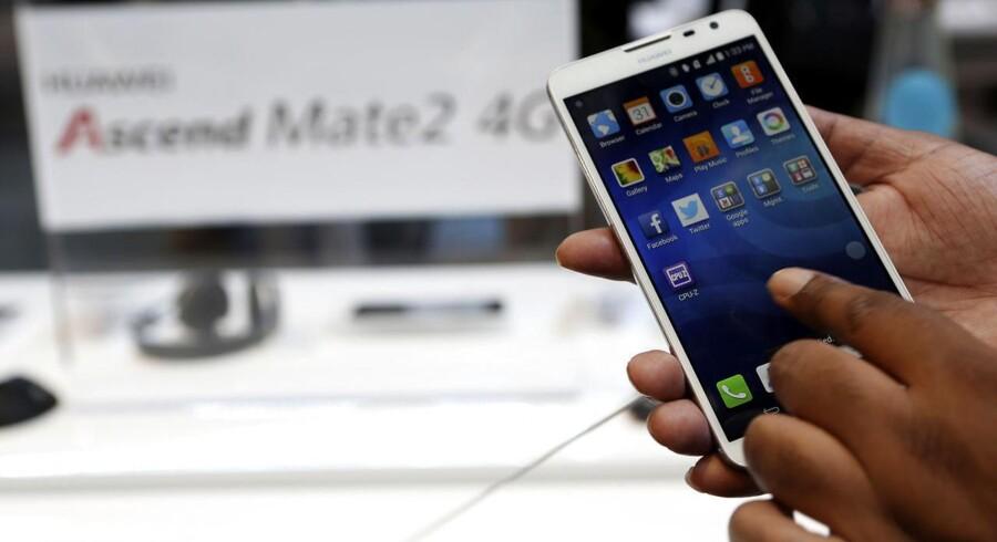 Kinesiske Huawei har i løbet af 2013 sendt flere nye toptelefoner på markedet, heriblandt Ascend Mate 2, som blev fremvist på sidste uges forbrugerelektronikmesse, Consumer Electronics Show (CES) i Las Vegas, i forsøget på at vinde marked uden for salget af netværksudstyr. Foto: Robert Galbraith, Reuters/Scanpix