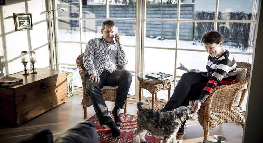 Det tager 12 år at indhente omkostningerne ved at skifte realkreditinsitut. Henrik Hansen og hans kone Naomi har oplevet adskillige prisstigninger på sit realkreditlån og er godt utilfredse med at Totalkredit løbende forhøjer bidragssatsen på deres kreditforeningslån. De over vejer at flytte lånet.