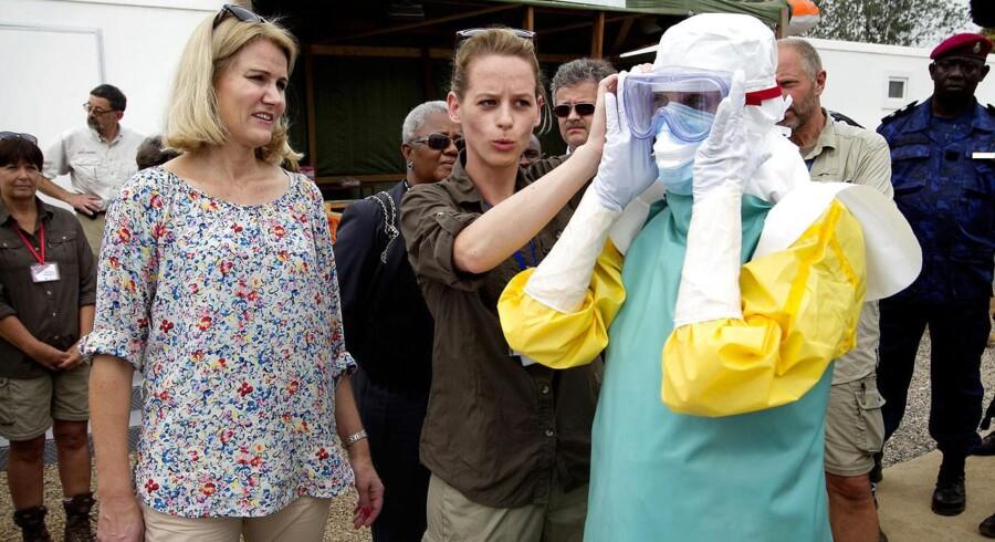 Sygeplejerske Merete Due sammen med statsminister Helle Thorning-Schmidt i Sierra Leone i forbindelse med besøg på ebola bahandlingscenter i Port Loco uden for hovedstaden Freetown.
