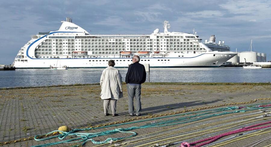 """Fredag morgen d. 22. juli anløb 2 store krydstogtskibe Skagen med rekordmange gæster ombord. Omkring 3300 passagerer var der ombord på det tyske skib """"Mein Schiff"""" og """"Seven Seas Voyager"""" med passagerer fra hele verden. Her ankommer Seven Seas Voyager til havnen, . (Foto: Henning Bagger/Scanpix 2016)"""