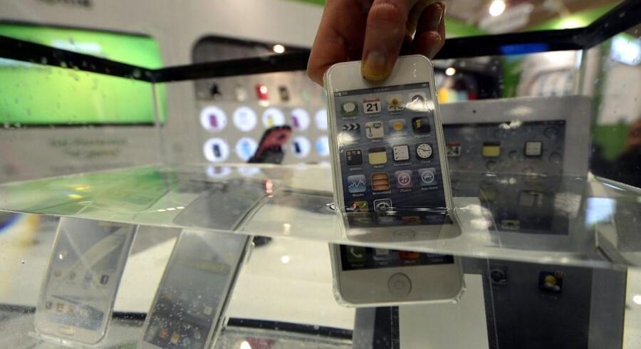 Kombinationen af vand og elektronik er ikke god. Hvis man alligevel gerne vil have sin iPhone med i bad, kan man dog købe tilbehør som dette Lottie-plastiketui, der gør telefonen vandtæt.