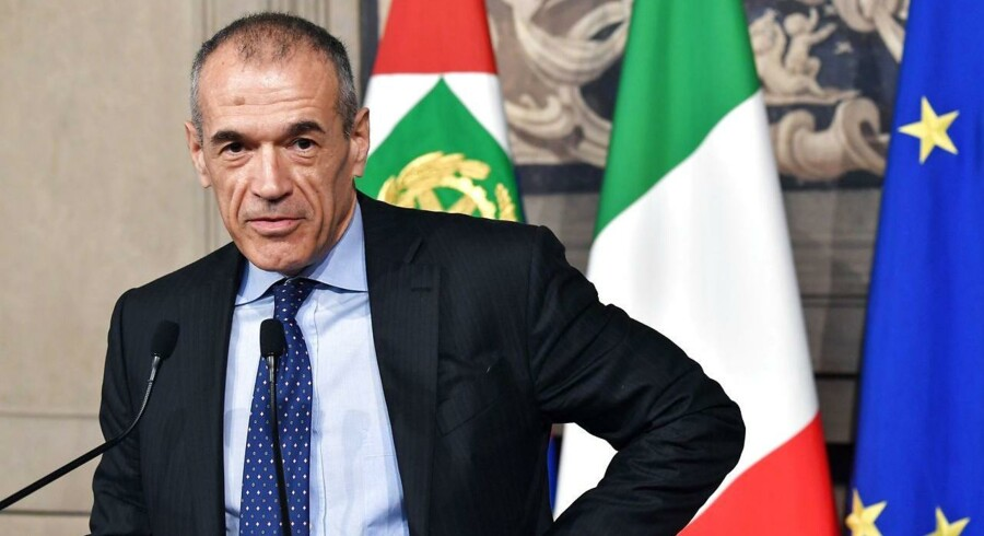 TOPSHOT - Carlo Cottarelli addresses a press conference at the Qurinale presidential palace on May 28, 2018 in Rome after Italian President gave him mandate to form a government. Italy's president appointed pro-austerity economist Carlo Cottarelli, 64, to form a potential technocrat government as the country lurched into fresh political chaos following the collapse of a populist bid for power. / AFP PHOTO / Andreas SOLARO