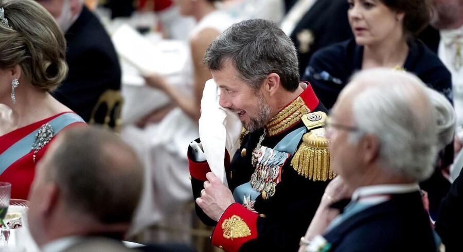 Der blev både grinet og fældet en tåre under talerne ved gallataffel på Christiansborg Slot i anledning af Kronprins Frederiks 50års fødselsdag - særligt Kronprinsesse Marys tale satte tydeligt præg på Kronprinsen.