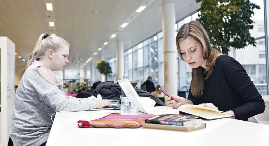 Angelica Petersen og Emma Koefoed, danskstuderende humanister fra KUA i forbindelse med den nye rapport fra Produktivitetskommissionen, som har fokus på uddannelse.
