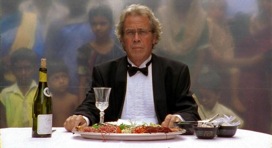 Jørgen Leth indtager et overdådigt måltid i Bombays slumkvarter. Det er blot en af kollegaen Lars Von Triers diabolske udfordringer til Leth i filmen »De Fem Benspænd«