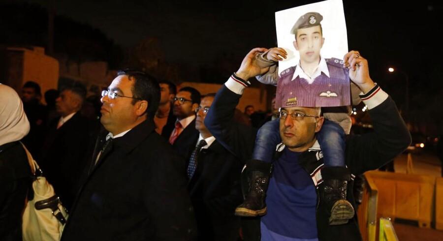 Slægtninge til den jordanske pilot, Muath al-Kasaesbeh, demonstrerer for at få regerignen til at forhandle med Islamisk Stat.