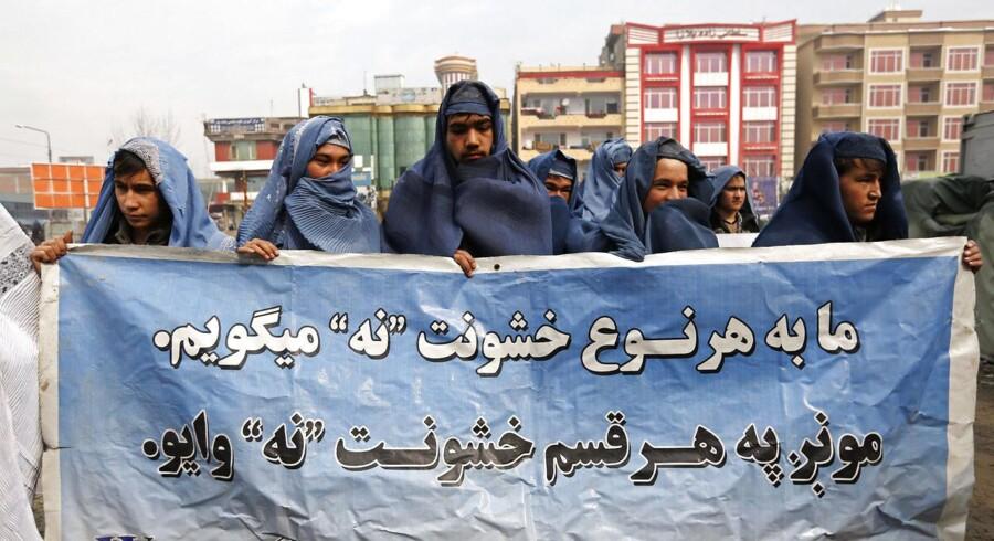 Kvinderettigheder og kvindefrigørelse har trange kår i Afghanistan. Det fik 20 mænd i burkaer at føle, da de gik på gaden i hovedstaden Kabul.