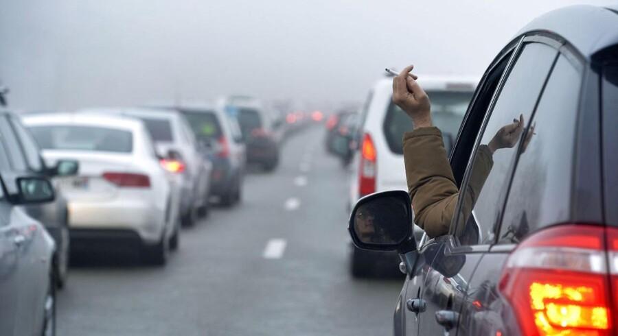 Mange biler har tilsyneladende et kæmpestort askebæger lige til venstre for chaufføren, ud af det åbne vindue.