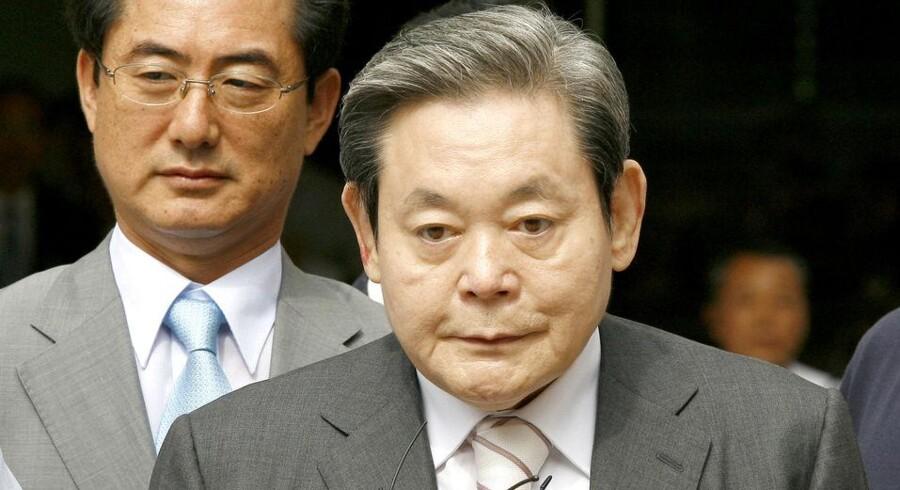 Samsungs tidligere bestyrelsesformand, Lee Kun-hee, forlader retsbygningen efter afhøringer sidste år. Nu er han blevet benådet. Foto: Jeon Hyeong-jin, AFP/Scanpix