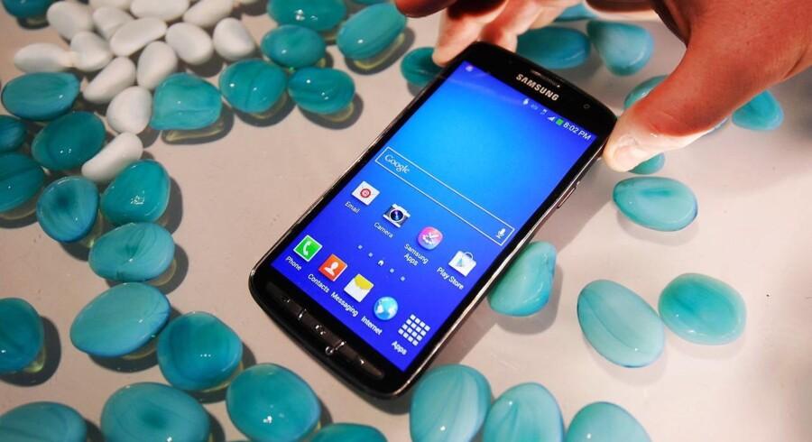 Med først Galaxy S3, som kom i 2012, og siden Galaxy S4-telefonen (billedet) har sydkoreanske Samsung fået solidt fat i de europæiske lommer. Det er gået ud over Apple. Foto: Facundo Arrizabalaga, EPA/Scanpix
