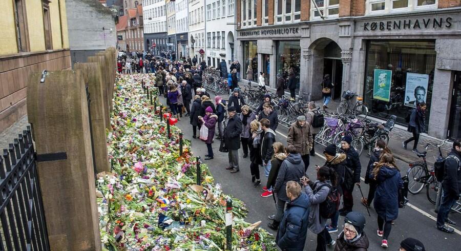 Terror i København. Blomster ved den ved den jødiske Synagoge i Krystalgade, København onsdag d. 18. februar 2015, på det sted hvor Dan Uzan blev skuddræbt, da han stod vagt ved en jødisk konfirmation lørdag aften.
