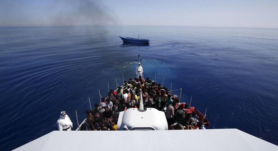 Den danske regering har mandag besluttet at bidrage med et Challenger-fly til EUs overvågningsindsats i Middelhavet. Det skal både hjælpe bådflygtninge og holde øje med menneskesmuglere, siger forsvarsminister Nicolai Wammen.