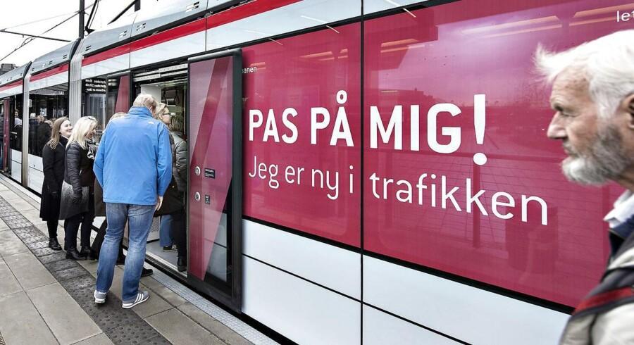 Passagere ved stoppestedet Dokk1, da Aarhus Letbane startede med at køre med passagerer 21. december 2017.