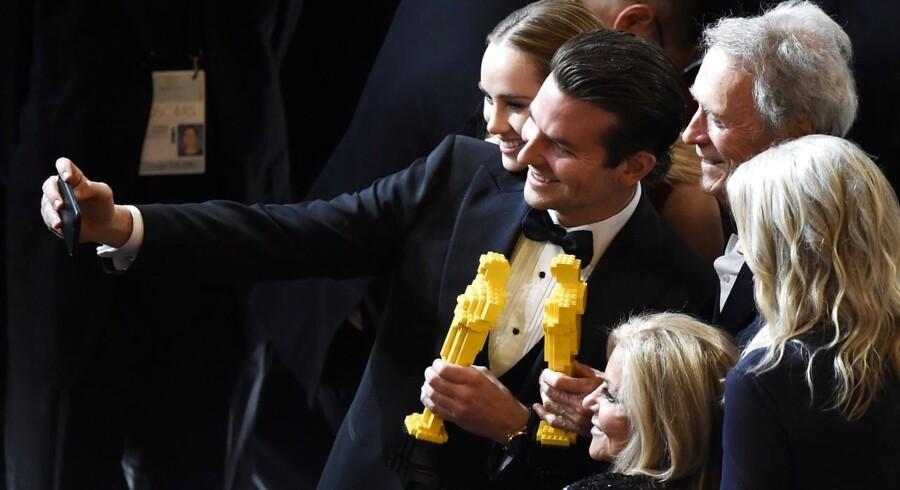 Bradley Cooper og Clint Eastwood poserer til et selfie med Oscarstatuetterne af Lego.