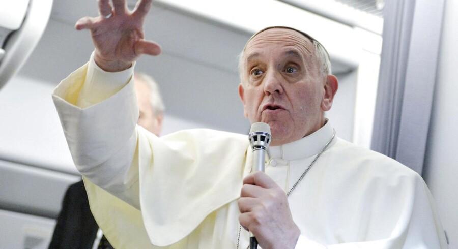Pave Frans vakte opsigt mandag med udtalelser om kvinder og homoseksuelle. Det skete om bord på et fly, som fragtede paven og en gruppe journalister tilbage til Rom efter hans ugelange officielle besøg i Brasilien.