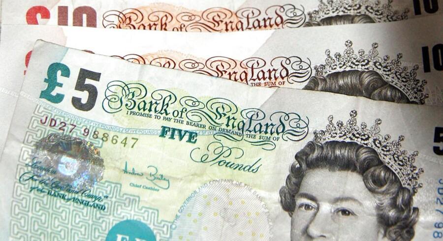 Det britiske pund ligger styrket tirsdag middag, selv om nøgletal tidligere på dagen viste en skuffende udvikling i de britiske indkøbschefers forventninger.