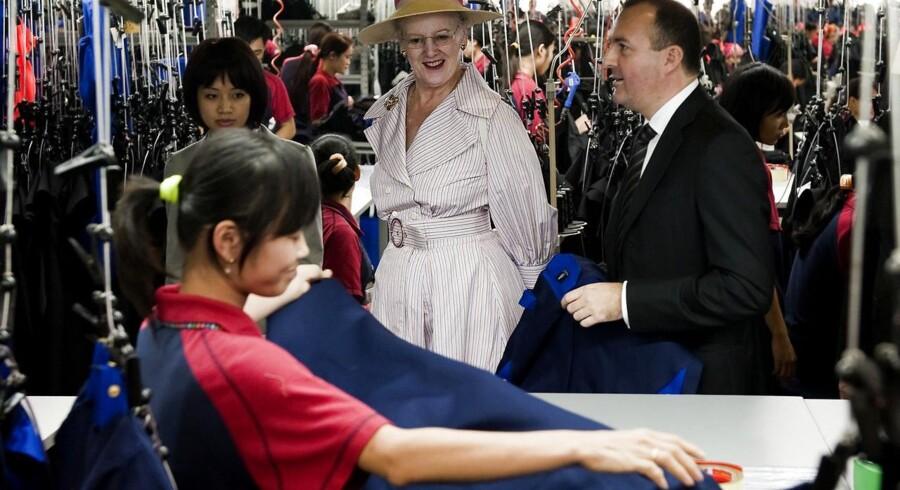 I Rana Plaza-ruinerne, hvor næsten 1.200 syersker omkom, blev fundet mærkater fra det danske arbejdstøjfirma Mascot. Her ses Dronning Margrethe i selskab med Mascot-direktør Michael Grosbøl i 2009 på en af selskabets fabrikker i Vietnam, hvor det meste af tøjet bliver produceret.