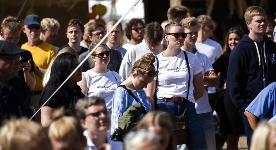 Tilskuere ser udenrigsminister og partileder Anders Samuelsen (LA) holde partiledertale på hovedscenen i Allinge på Bornholm fredag d. 15 juni 2018.