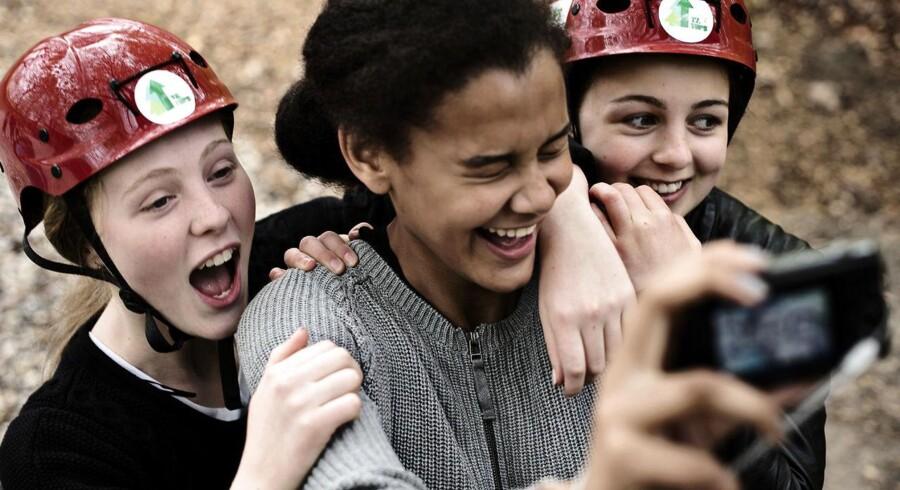 8.B på Nærum Skole holder en blå mandag, hvor det handler om at være sammen. Til brunchen snakker man om gaver, i klatreparken bliver der vist muskler og overnatningen på skolen får de mere private samtaler at føle.