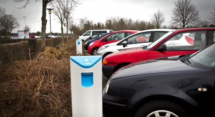 Elbil-ladestationer breder sig stille og roligt i landet, men det går langsomt med at få danskerne til at købe elbiler.
