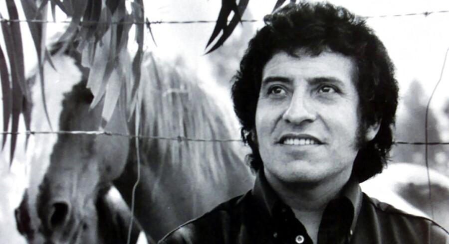 Fortiden har indhentet ni pensionerede militærfolk i Chile, som for næsten 45 år siden deltog i drabet på den populære folkesanger Victor Jara.