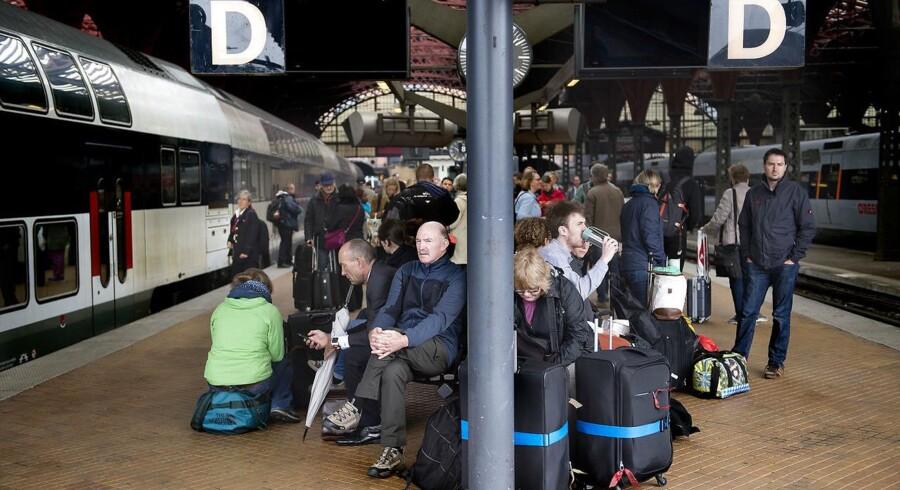 Tog holder stille på Hovedbanegården fredag morgen.