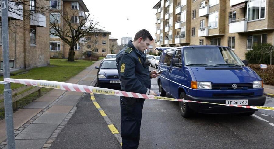 Arkivfoto fra den 5. februar 2013, da politiet undersøgte skudepisoden på Pelargonievej på Frederiksberg, hvor Lars Hedegaard dengang havde adresse.