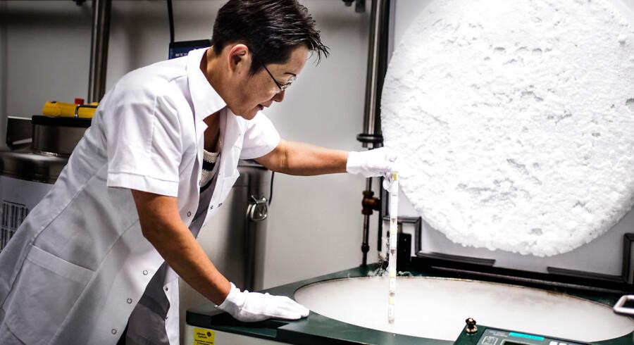 ARKIVFOTO. Vores indtjening er rekordstor, mens toplinjevæksten er relativt lav, siger Novozymes' topchef om regnskab. (se Ritzau historie 220832) Seniorforsker og svampeindsamler ved Novozymes, Mikako Sasa viser nitrogenfryseren, hvor 60.000-65.000 mikroorganismer er samlet.