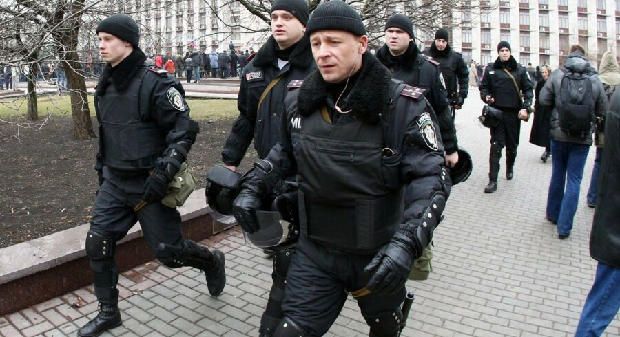 Berkut-betjente deltager i en pro-russisk demonstration i den østukrainske by Donetsk.