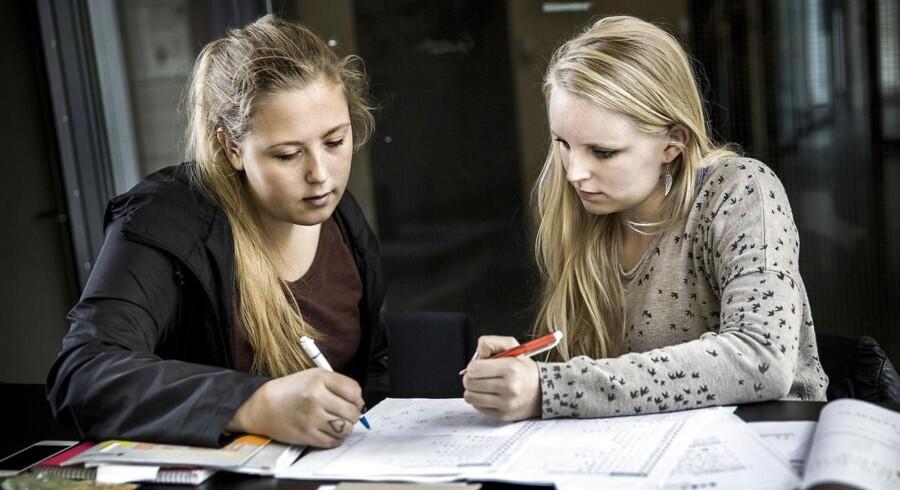 Frida Rohde og Simone Ullested Thomsen går på Københavns Universitet Amager (KUA) og læser kinastudier, som er blandt de uddannelser, der er i fare får at få begrænset optaget i fremtiden.