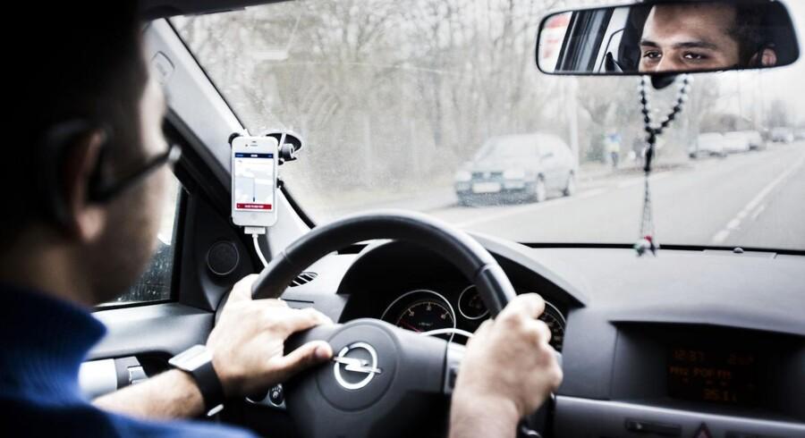 Adeel kører også for Uber. Han har kørt for firmaet i én måned og er meget glad for sit job. FOTO: Sophia Juliane Lydolph/Scanpix