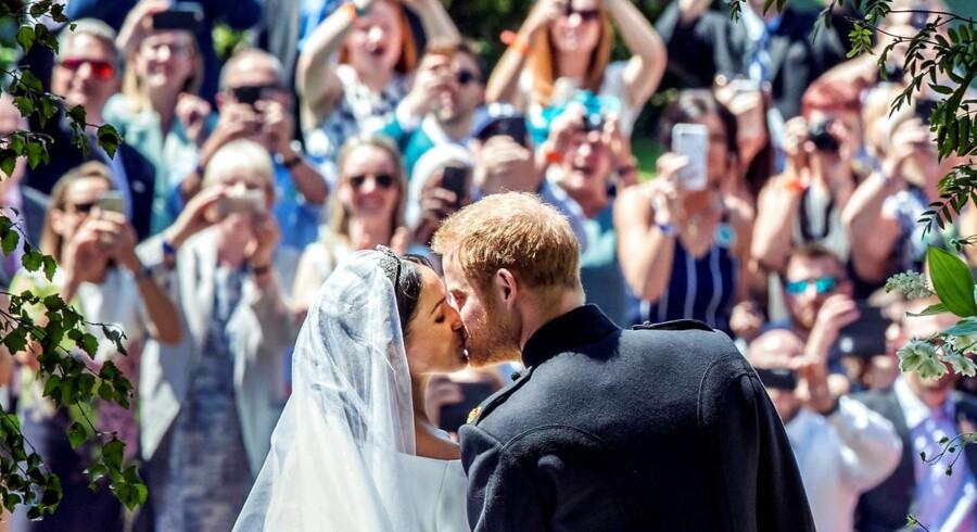 Prins Harry og Meghan Markle kysser hinanden efter vielsen på Windsor Castle.