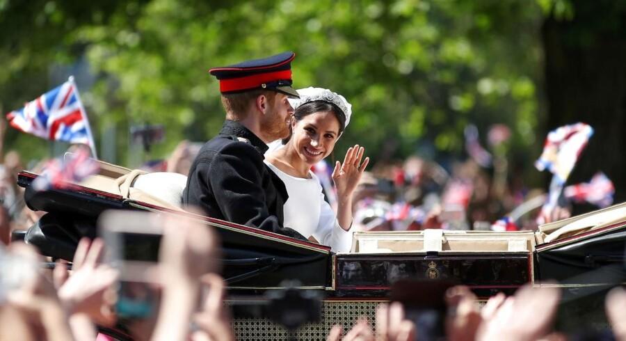 Storbritanniens Prins Harry, hertug af Sussex med sin kone Meghan, hertuginden af Sussex bølge fra Ascot Landau-kareten