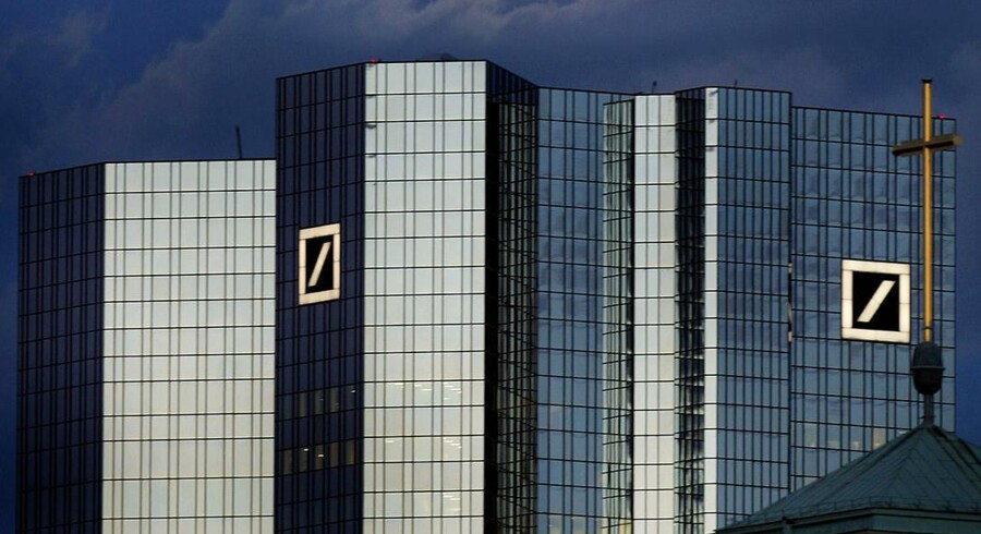 Aktien i Deutsche Bank fortsætter i torsdagens handel sin store nedtur i år.