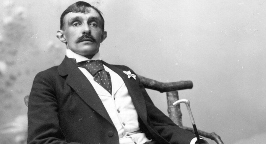 Den ulasteligt klædte forfatter Herman Bang (1857-1912) poserer hos fotografen. Foto: Scanpix.