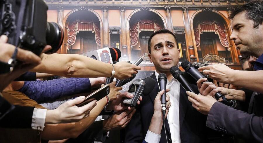 Femstjernebevægelsens leder Luigi Di Maio møder reportere foran det italienske parlament. Så lykkedes det alligevel for de to partier Femstjernebevægelsen og Lega at få en regering på plads i Italien, selv om partierne er vidt forskellige.