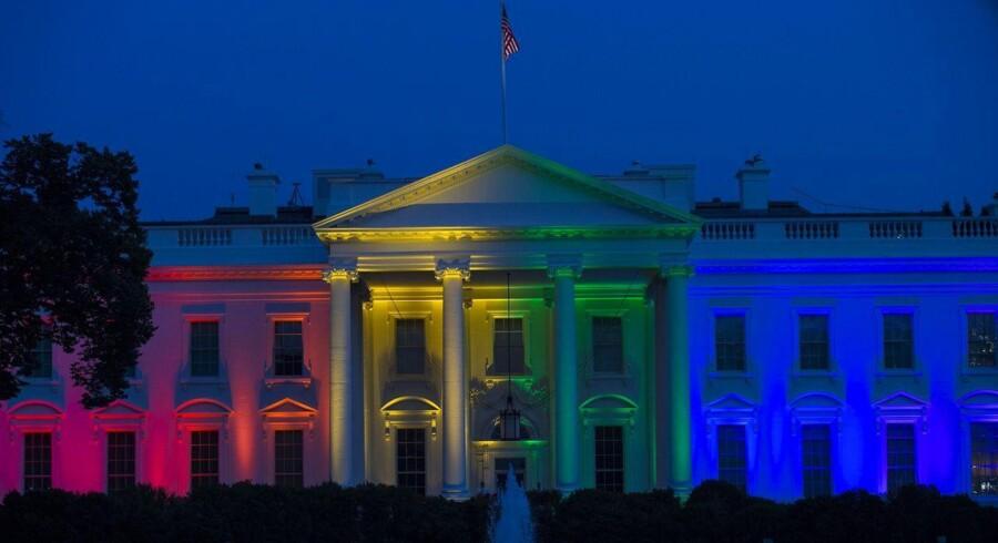 Selv Det Hvide Hus valgte at tone rent flag og sprang fredag ud i regnbuefarver, da den amerikanske højesteret afgjorde, at retten til at gifte sig skal gælde homoseksuelle i alle amerikanske stater.Foto. AFP PHOTO/MOLLY RILEY