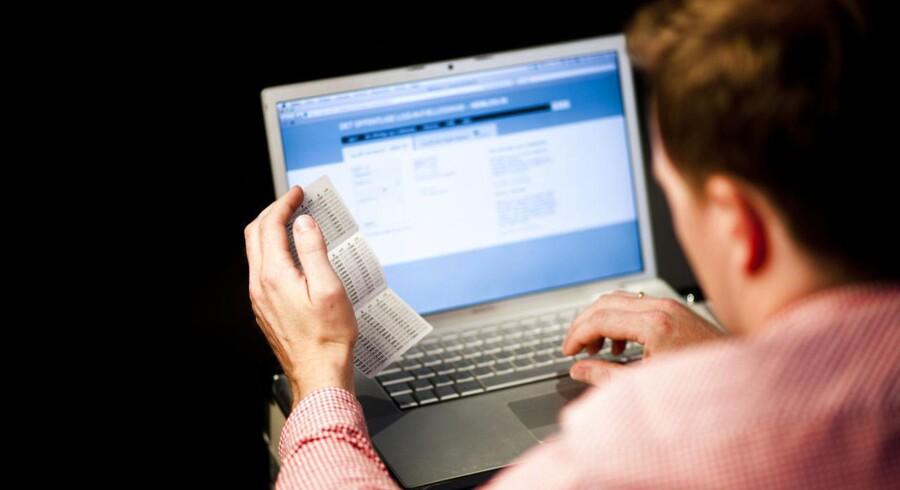 Vi ordner selv bankforretningerne via mobil- eller webbank, vi tjekker selv ind på flyet, og vi får anbfalet nye varer elektronisk, når vi køber ind over nettet.
