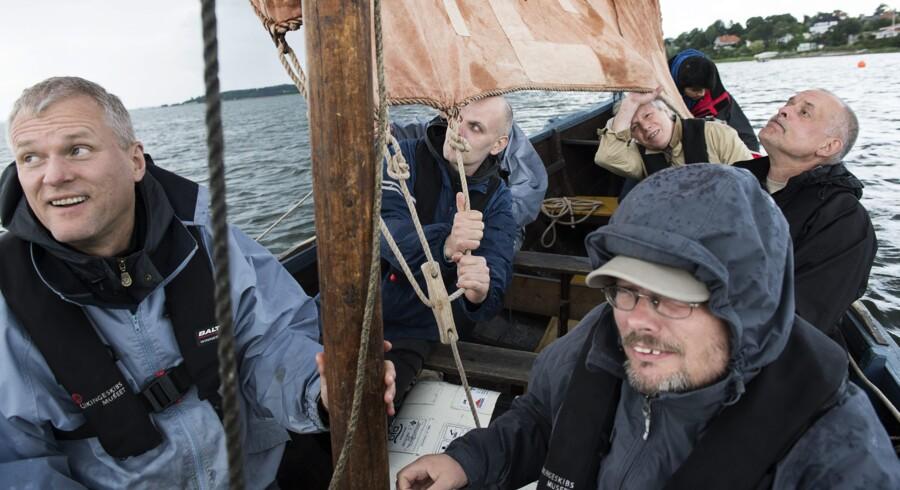 20 medarbejdere på biblioteket på Copenhagen Business School, CBS, havde forladt deres trygge rammer for at tage på teambuilding fordelt på to vikingeskibe. Foto: Claus Bech