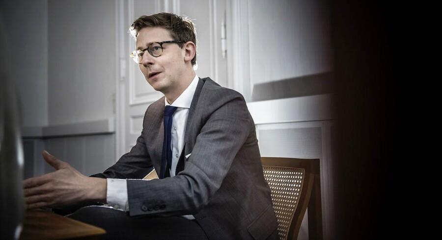 Da vi i regeringen ikke ønsker at øge ejendomsskatterne, så er det nødvendigt at præsentere en samlet løsning for ejendomsvurderinger og håndtere beskatningen i forbindelse med 2025-planen. Derfor har vi besluttet, at forhandlingerne om de nye vurderinger udskydes til efteråret, siger skatteminister Karsten Lauritzen (V)