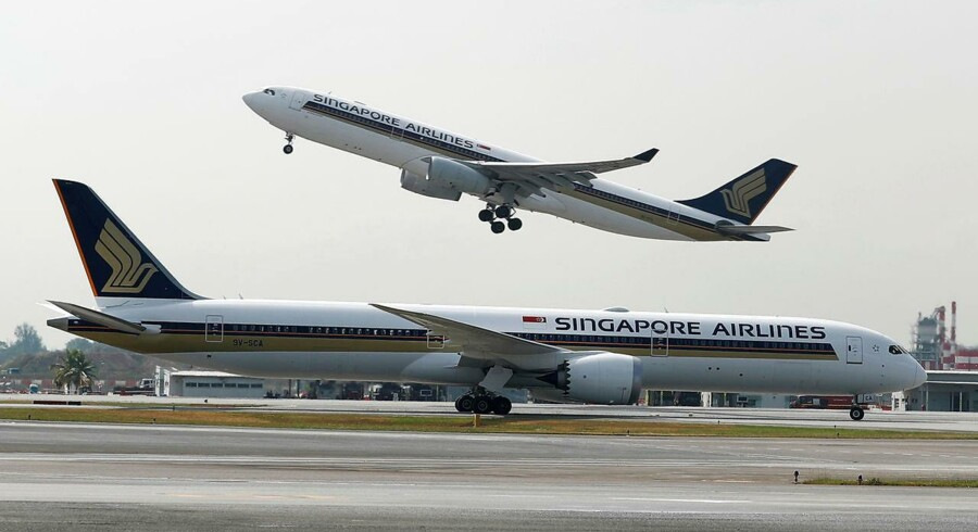 Et Singapore Airlines Airbus A330-300 fly letter bag en Boeing 787-10 Dreamliner i Changi Airport i Singapore i Marts i år. REUTERS/Edgar Su