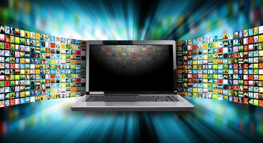 Mange danskere vælger at betale månedsabonnement på at kunne se nogle TV-kanaler over internetforbindelsen på en PC, en telefon eller en tavle-PC og dermed spare penge på de store og stadig dyrere TV-pakker. Man kan både købe abonnement til at se direkte TV og til at kunne gå i arkivet og finde tidligere udsendelser. Arkivfoto: Iris/Scanpix