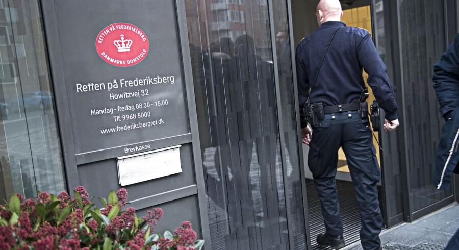 Der var øgede sikkerhedsforanstaltninger ved Retten på Frederiksberg, da en 31-årig sigtet i onsdag blev varetægtsfængslet for terrortrusler på Facebook.
