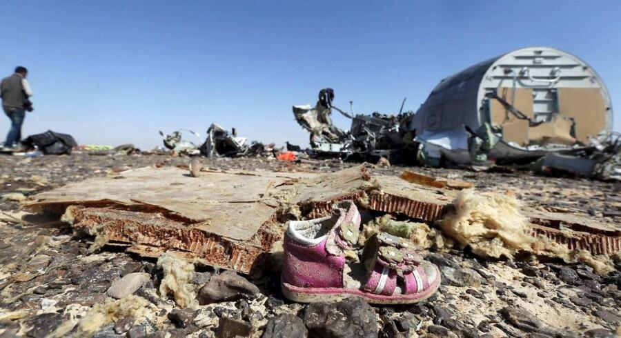 Enkelte personlige effekter er fortsat at finde blandt vragresterne, men ingen af de i alt 224 ombordværende personer overlevede det fatale flystyrt, der fandt sted på Sinai-halvøen i Egypten lørdag.