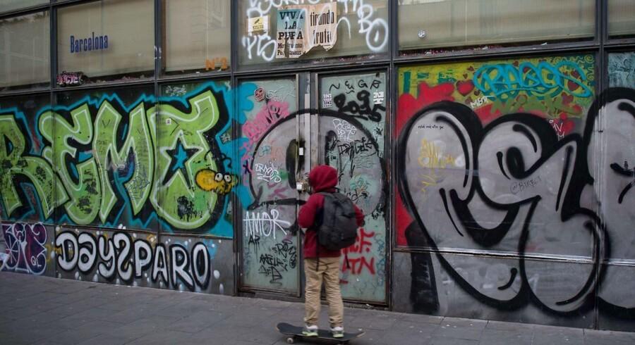 En dreng skater forbi en ejendom med narkolejligheder i Barcelonas hippe Raval-kvarter. Problemet med pushere, der besætter tomme lejligheder, breder sig ifølge politiet som en epidemi i Spaniens store byer, men nu er de lokale gået til modangreb.