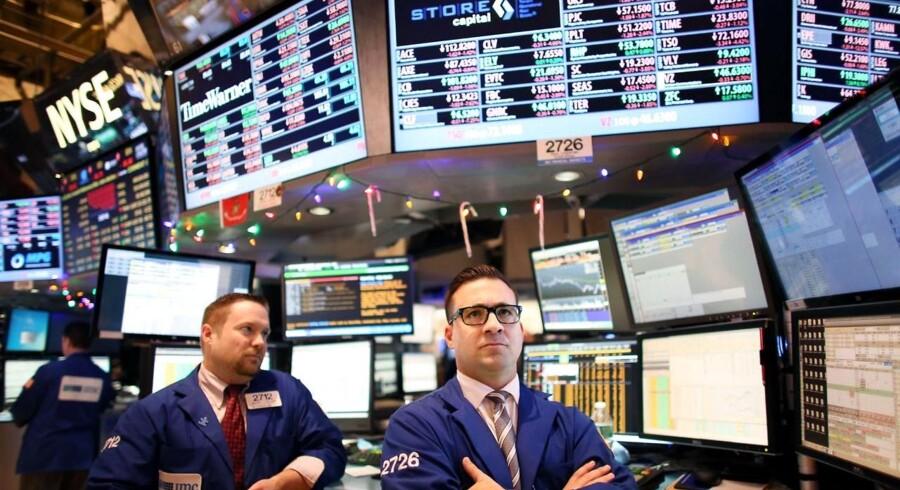 Prisfaldet på olie fortsatte mandag og sendte de amerikanske aktieindeks ned med ret markante fald på 1,8 pct. i S&P 500, 1,9 pct. i Dow Jones-indekset og 1,6 pct. til Nasdaq.